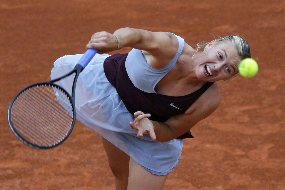 Şarapova, 2003'ten 2015'e kadar her sene en az bir tekler zaferi elde ederek kadın tenisinin en başarılı isimleri Steffi Graf, Martina Navratilova ve Chris Evert'in ardından bu başarıya ulaşmıştı.