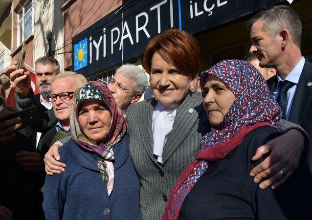 Programları kapsamında Balıkesir'in Sındırgı ilçesine gelen İYİ Parti Genel Başkanı Meral Akşener, esnafı ziyaret etti. Akşener, vatandaşlarla bir araya gelerek sohbet etti.