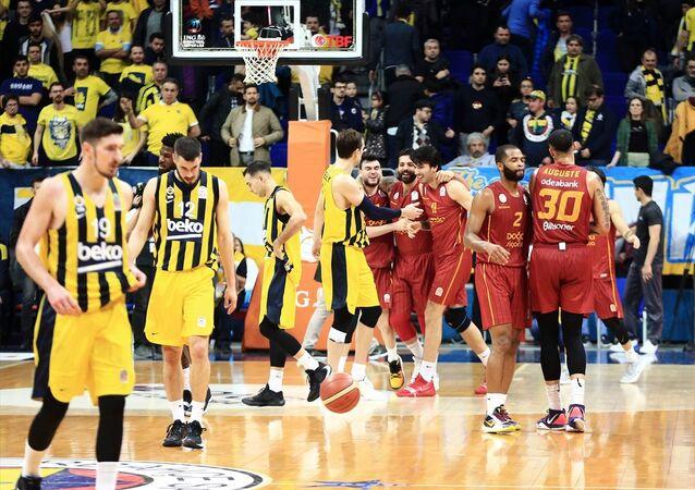 ING Basketbol Süper Ligi'nin 20. haftasında derbi maçta Galatasaray Doğa Sigorta, Fenerbahçe Beko'yu 80-75 yenerek, yaklaşık 9 yıl sonra rakibine deplasmanda üstünlük kurdu. Galatasaray Doğa Sigorta oyuncuları, maç sonunda sevinç yaşadı.