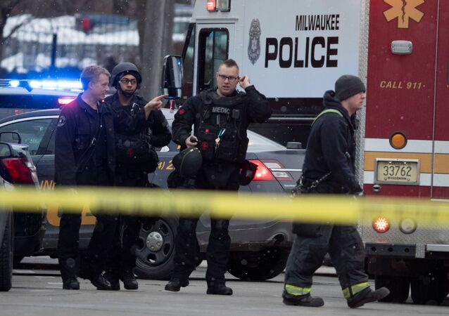 WisconsineyaletininMilwaukeekentindeki bir bira fabrikasında düzenlenen silahlı saldırıya müdahale eden ABD polisi