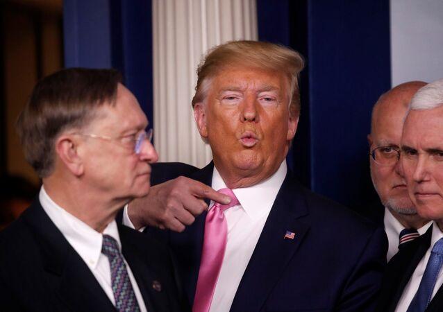 Trump koronavirüs konusunda Beyaz Saray'da, Pence, Sağlık Bakanı Alex Azar ve sağlık yetkililerinin de katıldığı bir basın toplantısı düzenledi.