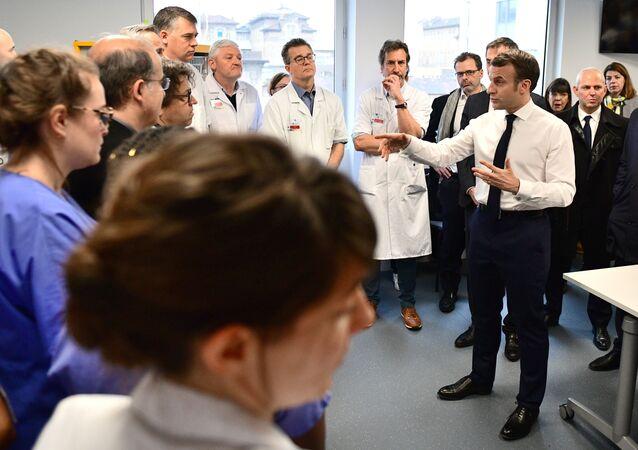 Emmanuel Macron, Paris'teki Pitie-Salpetriere Hastanesi'nde doktorlara hitap ederken