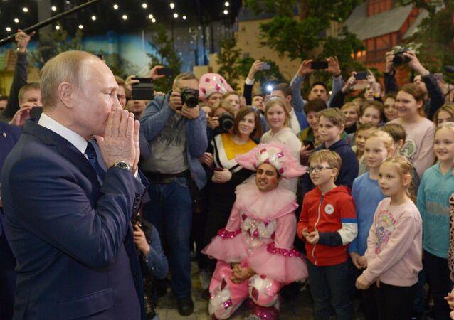 Rusya Devlet Başkanı Vladimir Putin, Moskova'daki eğlence merkezi 'Ostrov Meçtı'yı (Hayal Adası) ziyaret etti ve parktaki çocuklarla yarım saat fotoğraf çektirdi. Rus 'Disneyland'i olarak anılan parkın açılışı 29 Şubat'ta yapılacak, ancak yetimhanelerdeki çocuklar parkın ilk ziyaretçileri oldu.