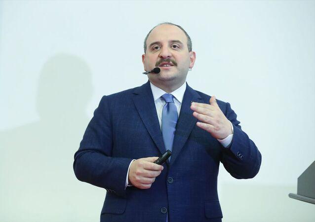 Sanayi ve Teknoloji Bakanı Mustafa Varank, Kütahya ziyareti kapsamında Dumlupınar Üniversitesi öğrencileriyle buluştu. Bakan Varank, gençlere Milli Teknoloji Hamlesi başta olmak üzere 2023 Sanayi ve Teknoloji Strateji Belgesi, bakanlık politikaları, vizyoner projeler ve kariyer fırsatlarını anlattı.