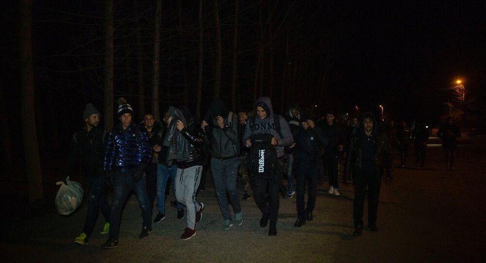 Sınır kapılarının açıldığı iddiaları üzerine mülteciler Avrupa'ya geçmek için sınır kapılarına hareket etti.