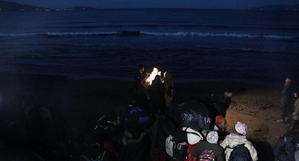 İzmir'de düzensiz göçmen hareketliliği arttı. Dün geceden bu yana Yunan adalarına geçmek isteyen düzensiz göçmenler, Ege'deki sahil bölgelerine hareket etti.
