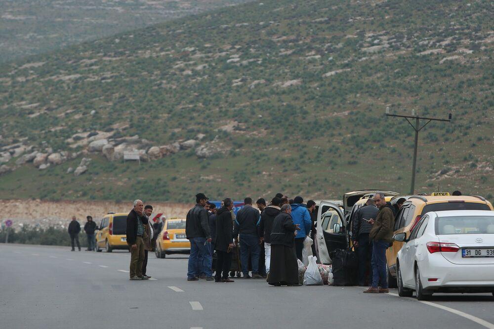 Sınıra farklı illerden yapılan sevkiyatlar sürerken, sınır kapısında sessizlik hakim. Saldırının ardından sınır birliklerine konuşlu bulunan Türk Silahlı Kuvvetleri'ne bağlı birlikler da alarma geçirildi. Askeri kaynaklar, Hava Kuvvetleri Komutanlığı'na bağlı Silahlı İnsansız Hava Araçları'nın dün geceden bu yana İdlib hava sahasında rejim güçlerine operasyon düzenlediğini söyledi.