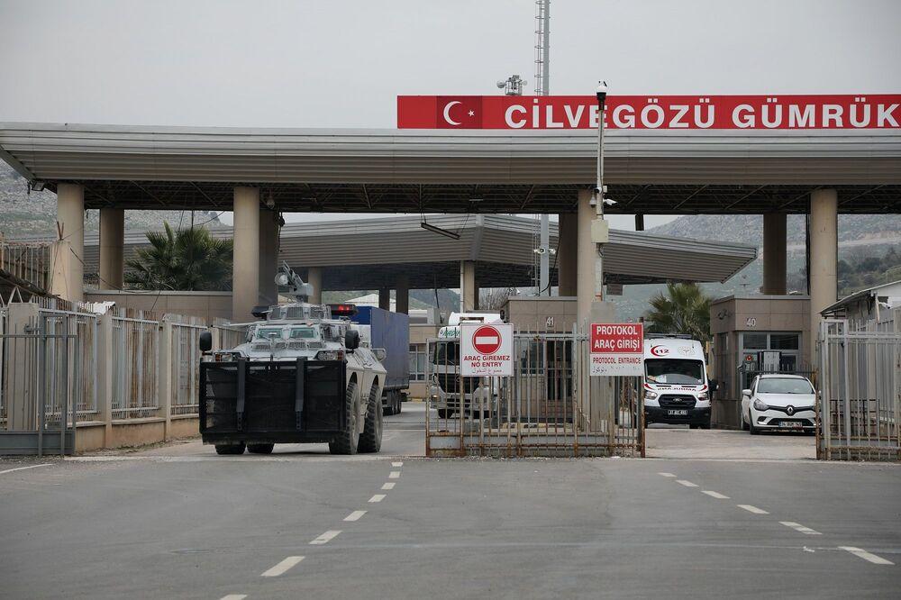 Saldırının ardından yaşamını yitiren ve yaralanan askerlerin tahliye edildiği Hatay'ın Reyhanlı ilçesindeki Cilvegözü Sınır Kapısı dün gece bir süre giriş ve çıkışlara kapatılmıştı.