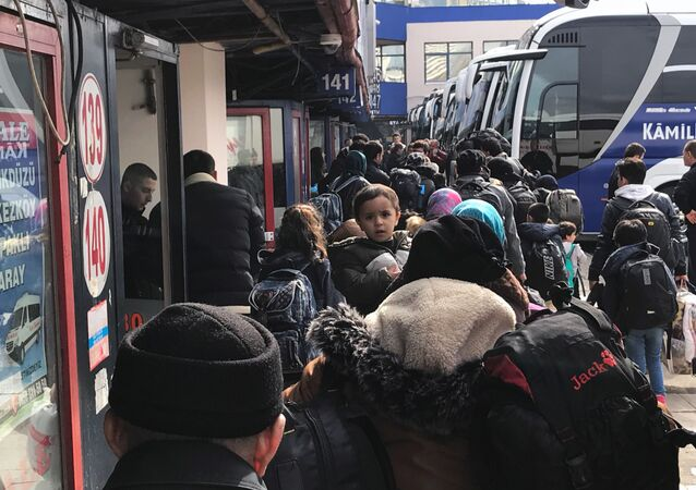 Türkiye'nin mültecilerin Avrupa'ya ulaşmasını durdurmama kararı sadece Suriyelileri değil Afganları da yollara düşürdü, kafileler İstanbul'un çeşitli noktalarından Bulgaristan ve Yunanistan sınırına gidiyor.