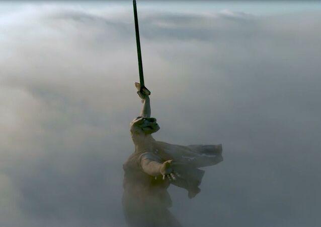 'Anavatan çağırıyor' heykeli bulutlara büründü