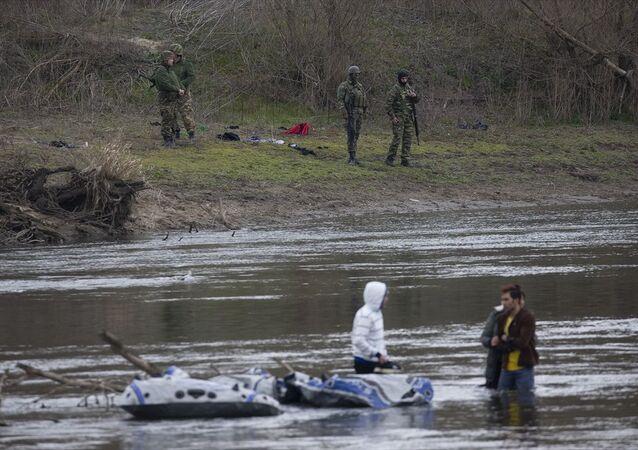 Edirne'den Yunan askerinin geçişlerine izin vermediği 3 sığınmacı, botlarının havasının inmesi sonucu Meriç Nehri'nin ortasında kaldı.