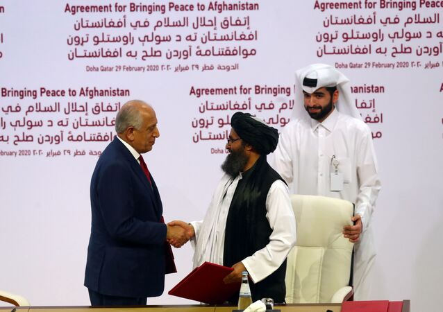 ABD - Taliban barış anlaşmasını imzalayan ABD'nin Özel Temsilcisi Zalmay Halilzad ve Taliban Siyasi Ofisi Direktörü Molla Abdul Gani Baradar