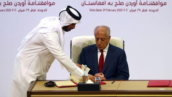 ABD'nin Afganistan barışı Özel Temsilcisi Zalmay Halilzad, Taliban ile anlaşmayı imzalarken - Sputnik Türkiye