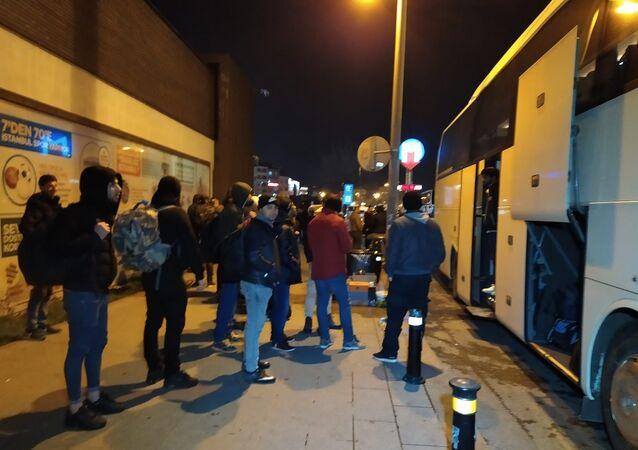 Avrupa'ya gidişlerine yönelik sınır kapılarının açılmasının duyulması üzerine, sığınmacıların  gece saatlerinde de gidişi devam ediyor.