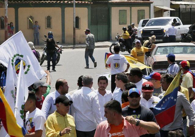 Venezüella'da kendini geçici devlet başkanı ilan eden muhalif milletvekili Juan Guaido'yu protesto eden grup ve yanlıları arasında arbede çıktı.