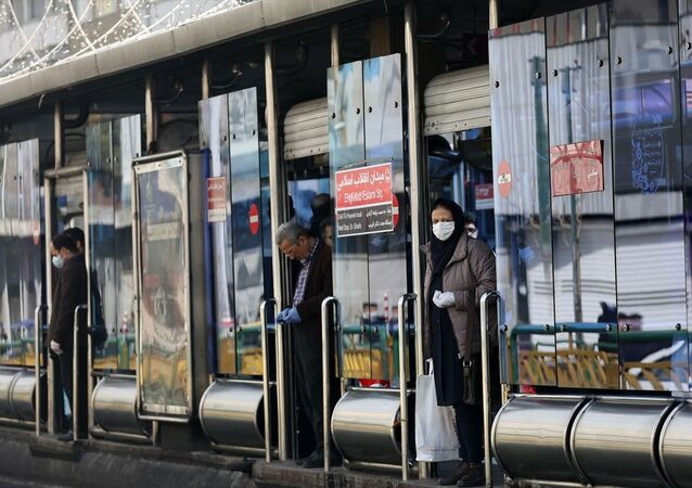 İran'da yeni tip koronavirüs (Kovid-19) nedeniyle ölenlerin sayısı 54'e, vaka sayısının ise 978'e yükseldi. Başkent Tahran'da dışarı çıkan vatandaşlar, virüsten kurunmak için maske ve eldiven kullandı.