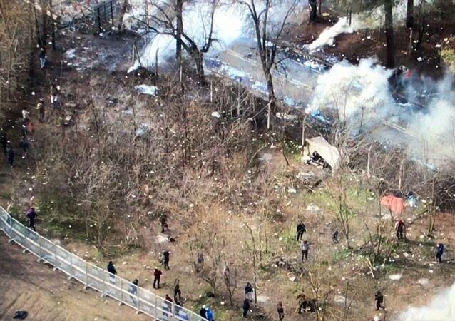 Yunanistan güvenlik güçleri, sınırında bekleyen düzensiz göçmenlere gaz ve ses bombaları atıp, su sıkarak müdahalede bulunuyor. Bu müdahaleler sırasında fişek isabet eden bazı göçmenler yaralandı. Yunanistan tarafından atılan gaz fişekleri, Türk sınır karakolu bahçesine de isabet ediyor.