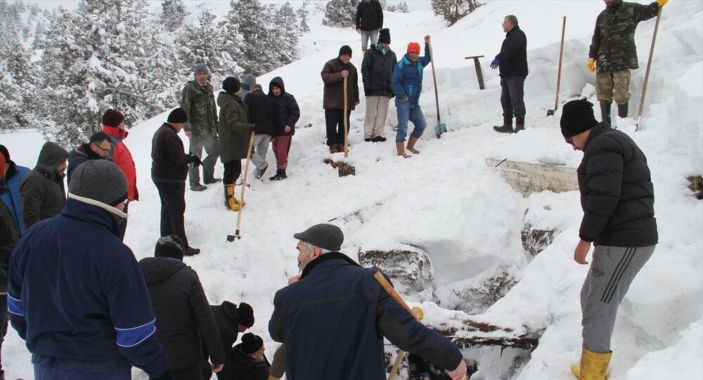 Konya'nın Derebucak ilçesinde vatandaşlar, 1700 rakımlı Kocadağ'ın zirvesindeki Cula Deliğine, yazın kullanmak üzere tonlarca kar doldurdu.