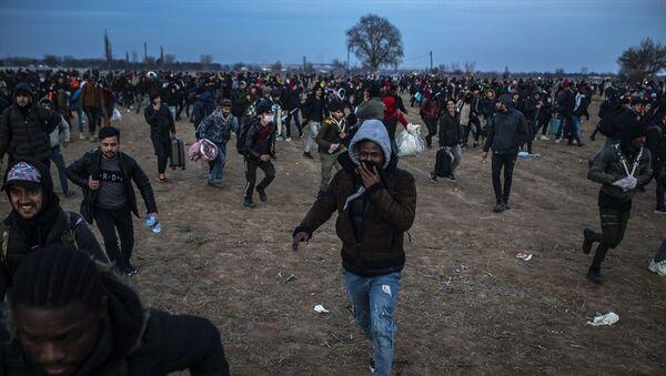 Türkiye'den Yunanistan'a geçmek isteyen sığınmacılar - Sputnik Türkiye