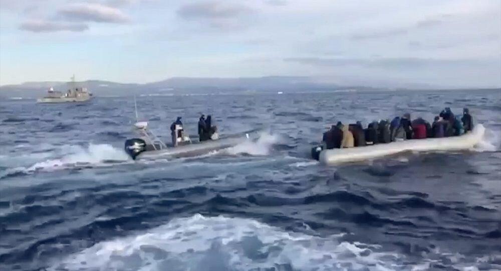 Yunan karasularına giren göçmenlerin botunu Yunan Sahil Güvenlik'i geri itti