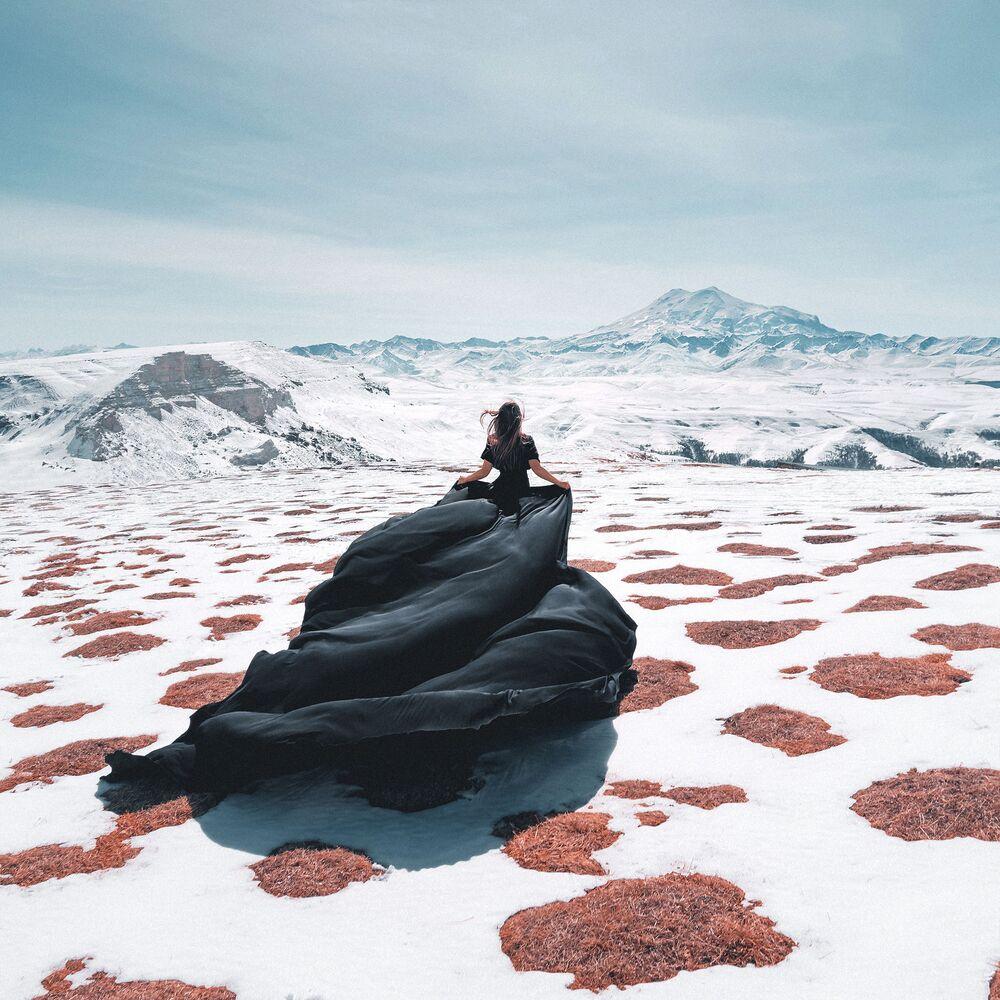 2020 Sony Dünya Fotoğrafçılık Ödülleri'nde  Rusya Ulusal Ödülü'nü kazanan Sergey Savenko'nun fotoğrafı, Rusya ve Avrupa'nın en yüksek zirvesi Elbrus Dağı'nda çekildi.