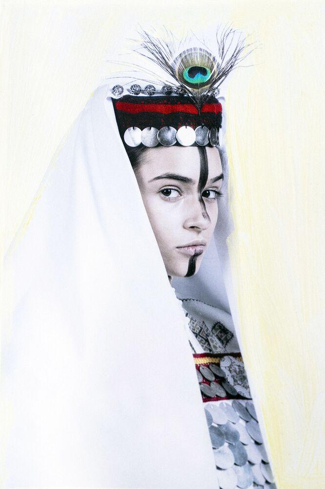 2020 Sony Dünya Fotoğrafçılık Ödülleri'nde Sırbistan Ulusal Ödülü'nü kazanan Jelena Jankovic'in çektiği milli Sırp kıyafetli dansçı görüntüsü.