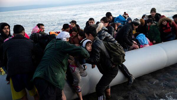 Türkiye'den gelen Afgan göçmenler, Yunan adası Midilli'nin Skala Sikamias köyünün kıyısında bottan inerken - Sputnik Türkiye