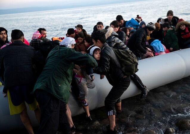 Türkiye'den gelen Afgan göçmenler, Yunan adası Midilli'nin Skala Sikamias köyünün kıyısında bottan inerken