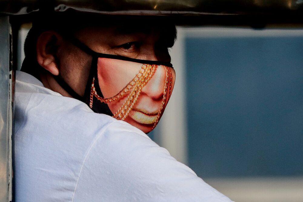 Sıradışı maskeli Filipinli.