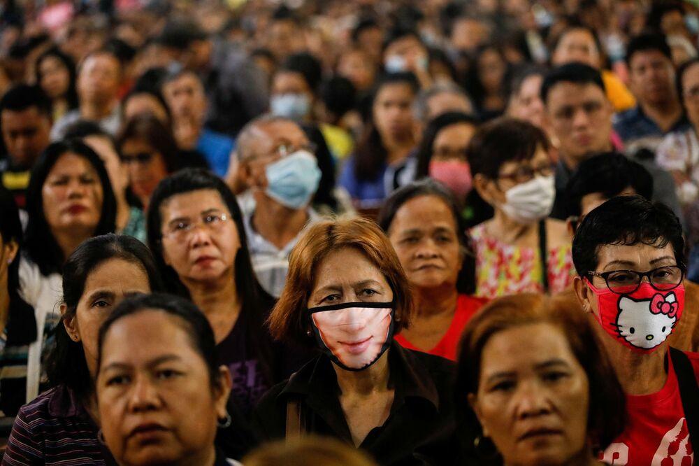 Filipinli Katolikler, ayin sırasında.