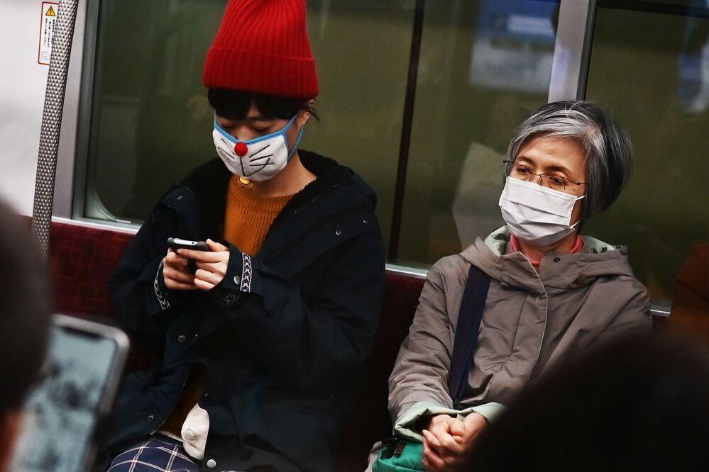 Tokyo metrosunda her türlü koruyucu maske tiplerini görmek mümkün.