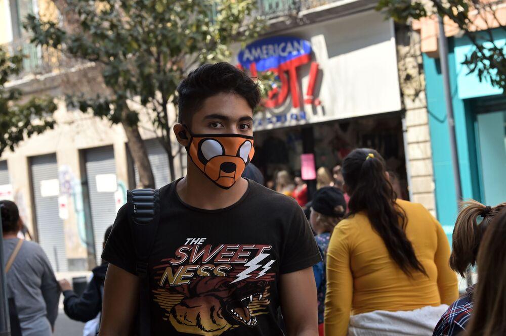 Meksika'nın başkentinde maske takan bir genç.