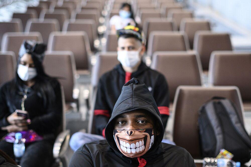 Hong Kong'da sıra dışı  görünümlü maske takan bir adam.