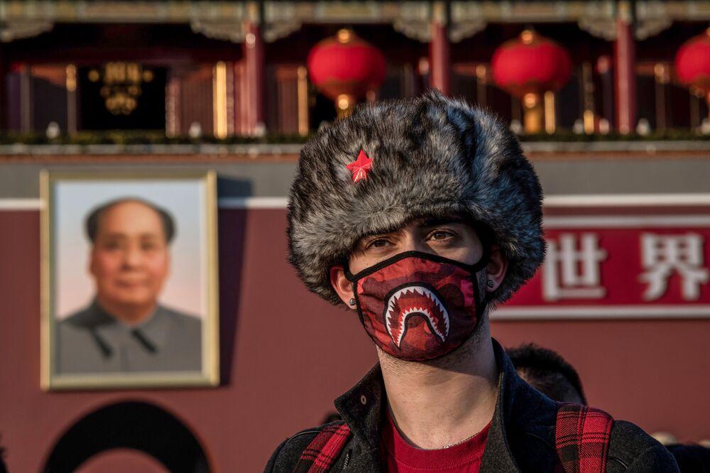 Çin'in başkenti Pekin'deki Tiananmen Meydanı'nda poz veren maskeli İngiliz turist.