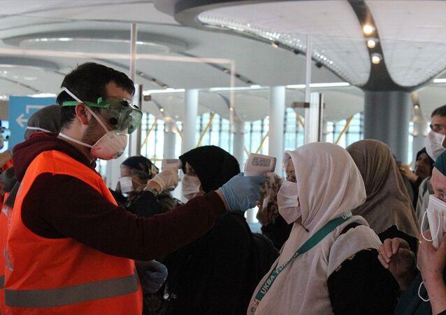 Umre seyahatinden dönen yolculara İstanbul Havalimanı'nda sağlık taraması