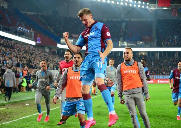 Ziraat Türkiye Kupası yarı final ilk maçında Trabzonspor ile Fenerbahçe karşılaştı. Trabzonsporlu futbolcu Sörloth attığı gol sonrası sevinç yaşadı.