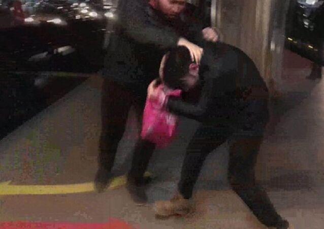 İstanbul'da metrobüste bir kadını taciz ettiği iddia edilen kişi yolcular tarafından tekme tokat dövüldü. Taciz edildiğini iddia eden kadının şikayetçi olmadığını ifade etmesi üzerine şüpheli, vatandaşların olay yerinden ayrılmasıyla serbest bırakıldı.