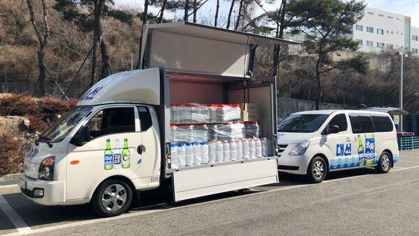 Güney Kore milli içkisi 'soju'nun üreticilerinin bağışladığı etanol, dezenfekte faaliyetleri için koronavirüs salgınının merkezindeki Daegu kentine ulaştı. - Sputnik Türkiye