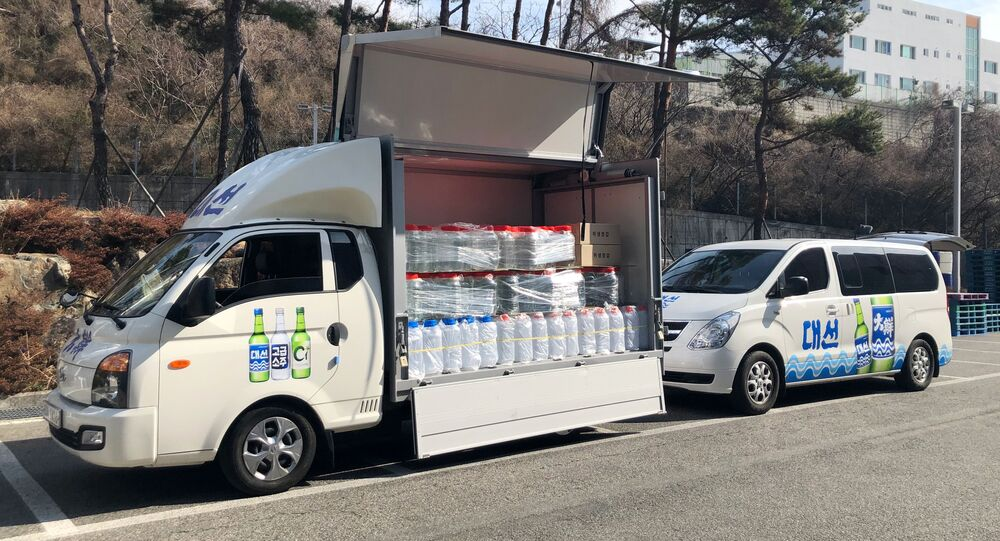 Güney Kore milli içkisi 'soju'nun üreticilerinin bağışladığı etanol, dezenfekte faaliyetleri için koronavirüs salgınının merkezindeki Daegu kentine ulaştı.