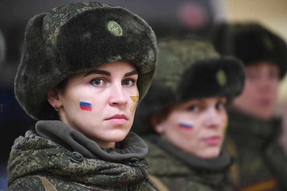 Rusya'nın Pereslavl-Zalesskiy kentinde düzenlenen güzellik ve beceri yarışmasına katılan kadın askerler.