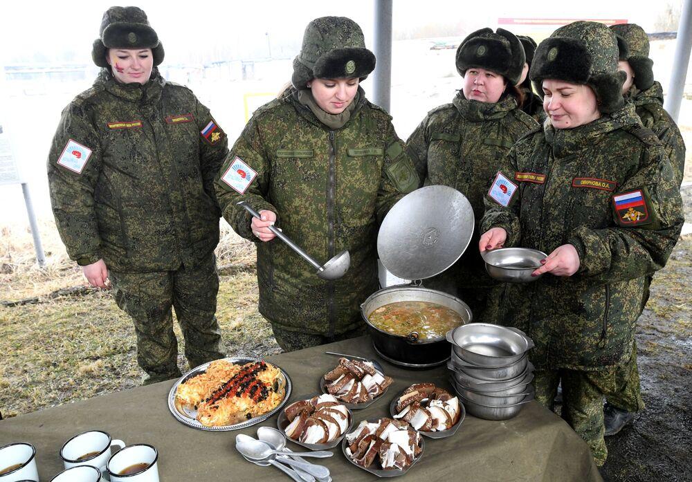 Rus Stratejik Füze Kuvvetleri'nde görev yapan kadın askerler, Pereslavl-Zalesskiy kentinde düzenlenen güzellik yarışması sonrası yapılan yemek sırasında.