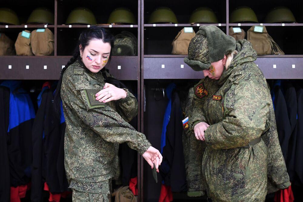 Rus Stratejik Füze Kuvvetleri'nde görev yapan kadın askerler, yarışmaya hazırlanıyor.