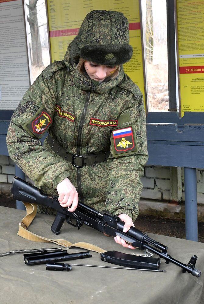 Yarışma kapsamında kadın asker silah kullanırken.