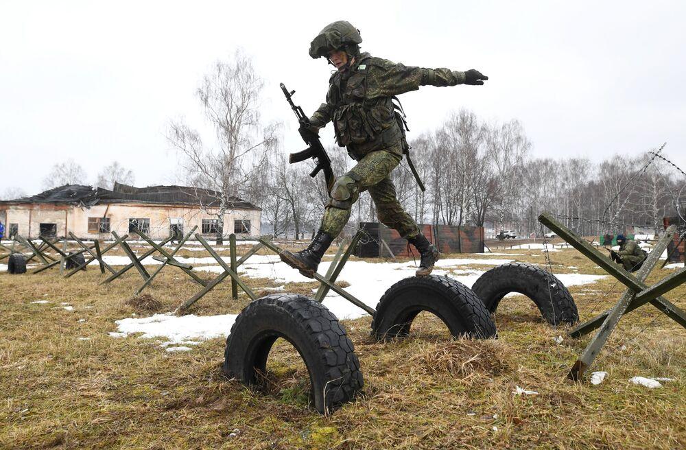 Yarışma çerçevesinde kadın askerler askeri hünerlerini sergiledi.