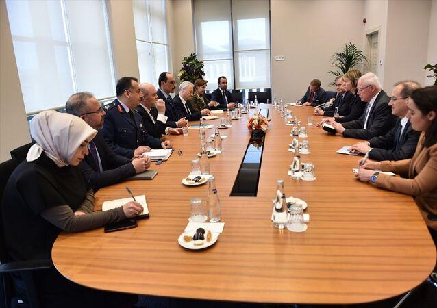 Cumhurbaşkanlığı Sözcüsü İbrahim Kalın, ABD'nin Birleşmiş Milletler (BM) Daimi Temsilcisi Kelly Craft ve ABD'nin Suriye Özel Temsilcisi James Jeffrey ile bir araya geldi.