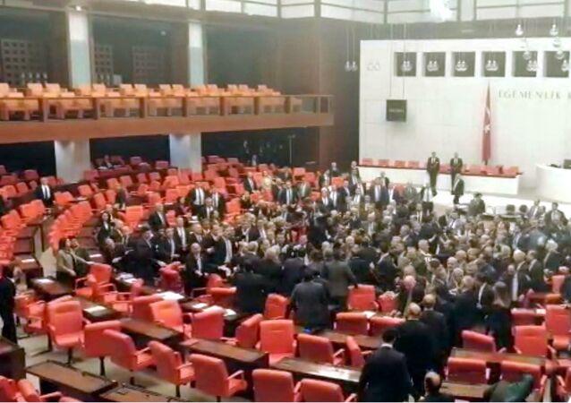 Meclis'te yumruklu kavga