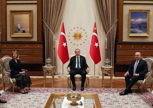 Türkiye Cumhurbaşkanı Recep Tayyip Erdoğan, Cumhurbaşkanlığı Külliyesi'nde ABD'nin Birleşmiş Milletler (BM) Daimi Temsilcisi Kelly Craft'ı (solda) kabul etti.
