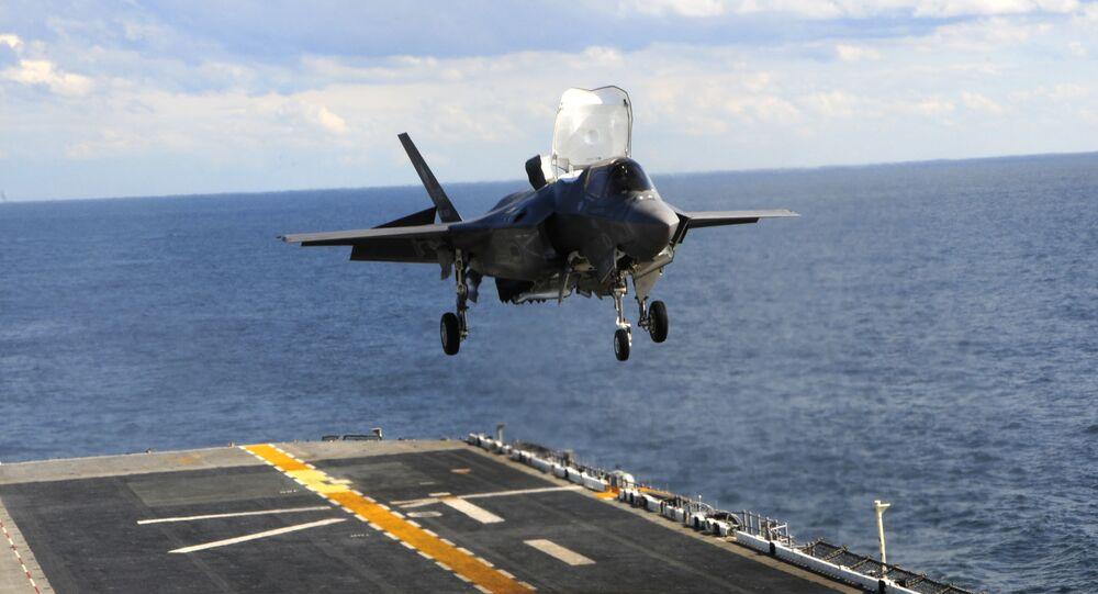 F-35B Lightning II, USS Wasp uçak gemisi üzerindeki piste ilk kez dikey iniş gerçekleştiriyor.