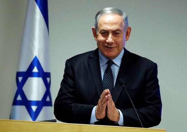 İsrael Başbakanı Benyamin Netanyahu, Sağlık Bakanlığı'nda düzenlediği basın toplantısında Namaste selamı verirken