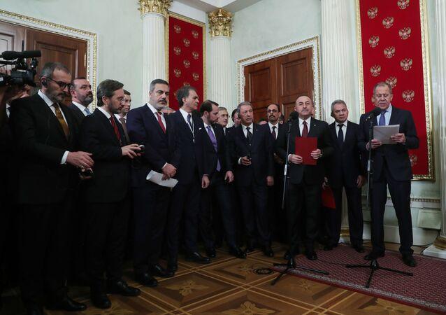 Dışişleri Bakanı Mevlüt Çavuşoğlu ve Rusya Dışişleri Bakanı Sergey Lavrov, basın toplantısının ardından mutabakat muhtırasını okudu